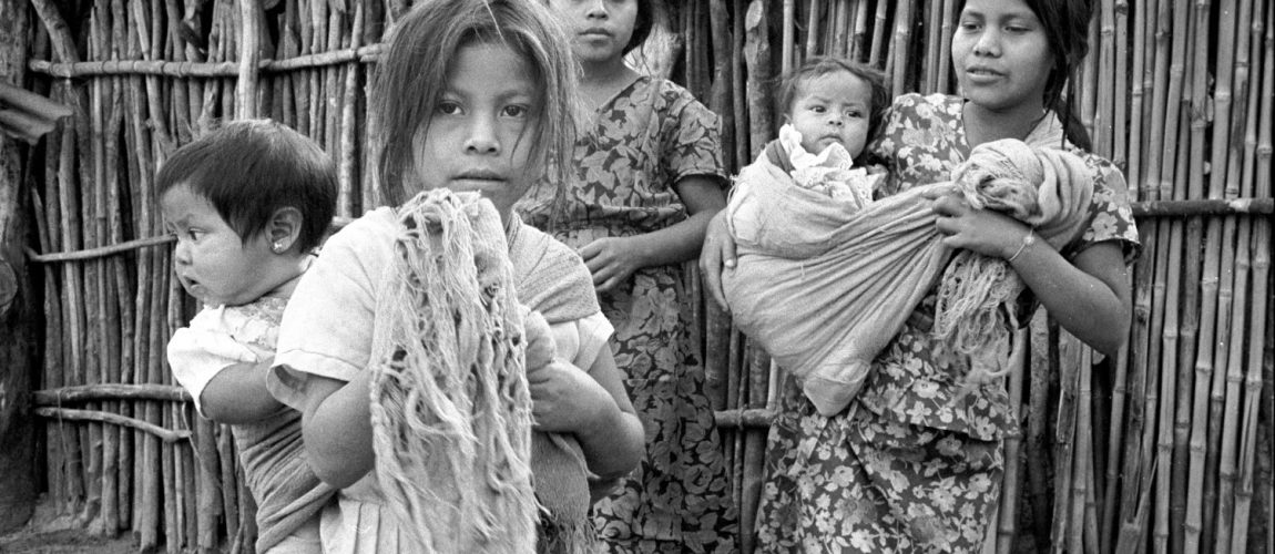 Niñas que cuidan a sus hermanos menores. La Cieneguita. 1991