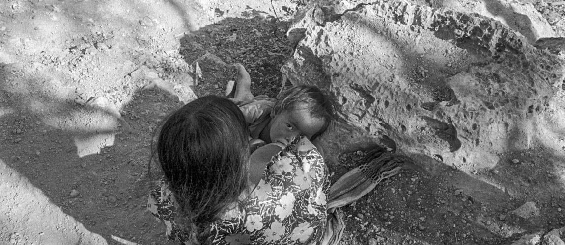 Una mujer amamanta a su hijo. La Cieneguita. 1991