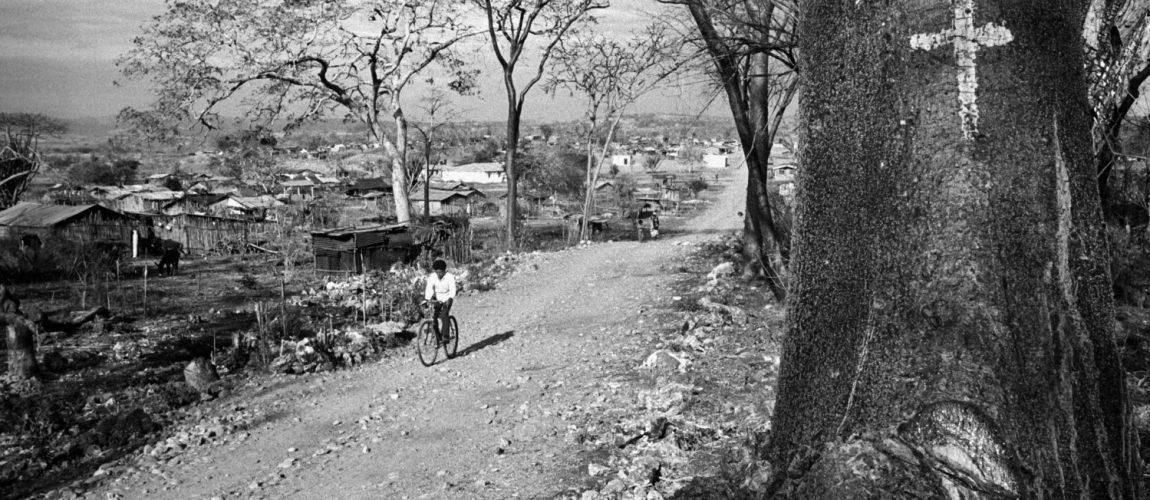 Calle principal que atraviesa el campamento. Nueva Libertad (El Colorado) 1992