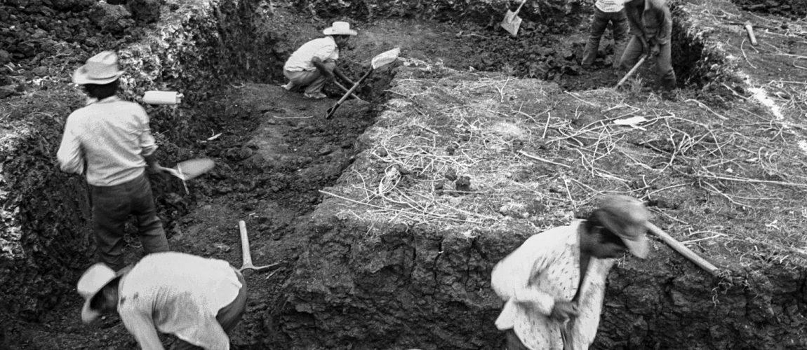 Excavar un área de cimientos en preparación para la construcción de un edificio comunitario. Nueva Libertad (El Colorado) 1992