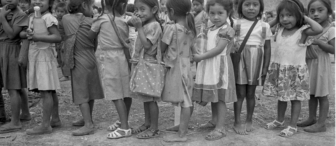 Los niños de la escuela hacen fila para recibir los honores a las banderas de México y Guatemala. Nueva Libertad (El Colorado) 1991