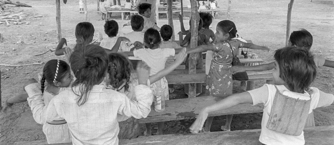 Aula de colegio al aire libre. Nueva Libertad (El Colorado) 1991