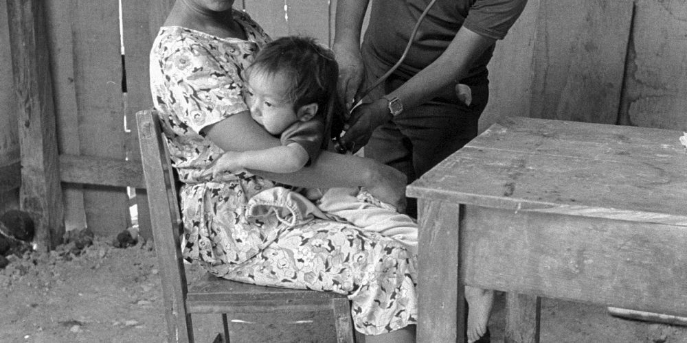 Madre e hijo para un chequeo en la clínica de salud. Nueva Libertad (El Colorado) 1991