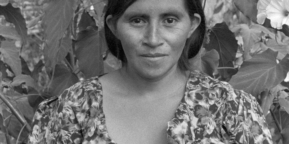 Isabela Francisco Miguel posa para un retrato fuera de su casa. Nueva Libertad (El Colorado) 1991