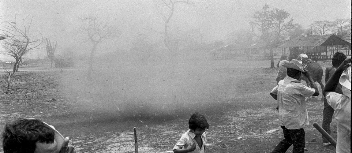 Una tolvanera envía a la gente del campamento a buscar refugio para eludirlo. Nueva Libertad (El Colorado) 1991