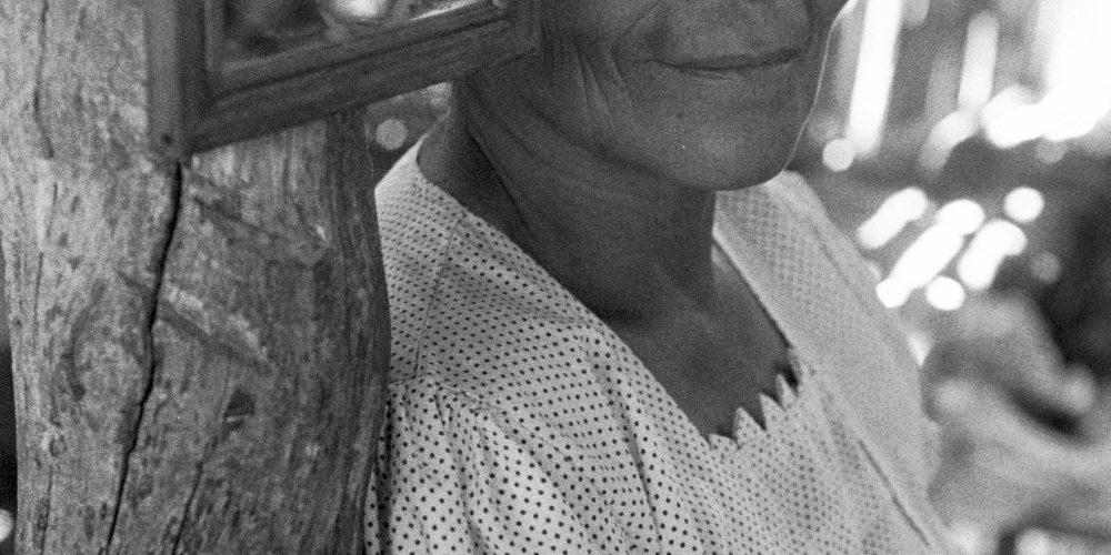 Retrato informal de una mujer dentro de su casa. Nueva Libertad (El Colorado) 1993