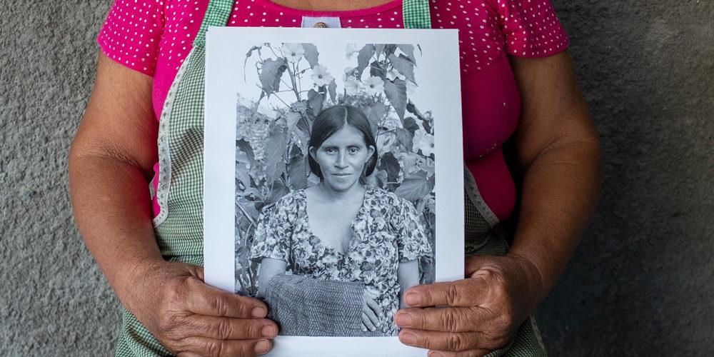 Isabela Francisco Miguel, de 61 años, sostiene una fotografía de ella hecha en 1991 en Nueva Libertad. Nueva Libertad (El Colorado) 2019