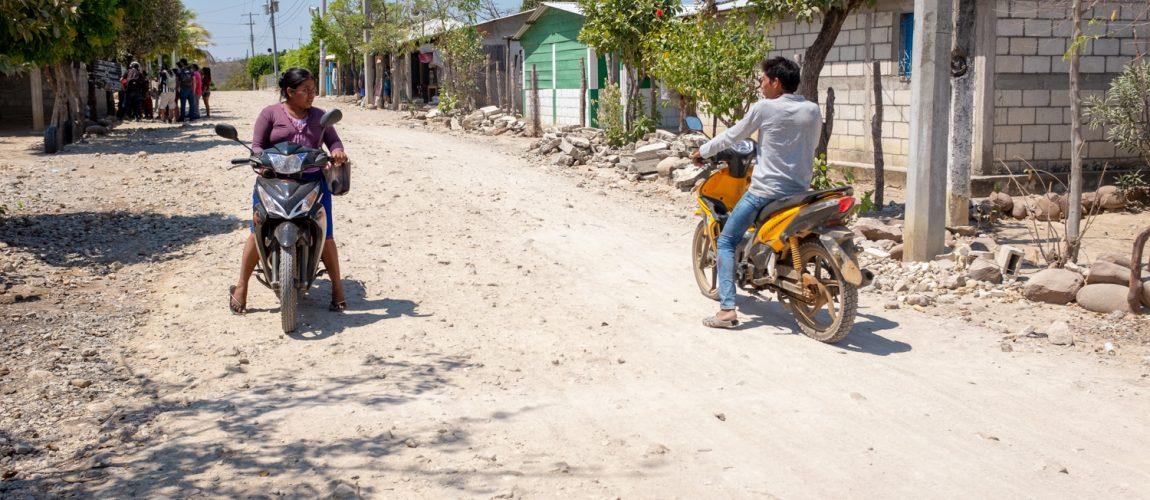 Dos motociclistas se encuentran y conversan en la calle principal del campamento. Nueva Libertad (El Colorado) 2020