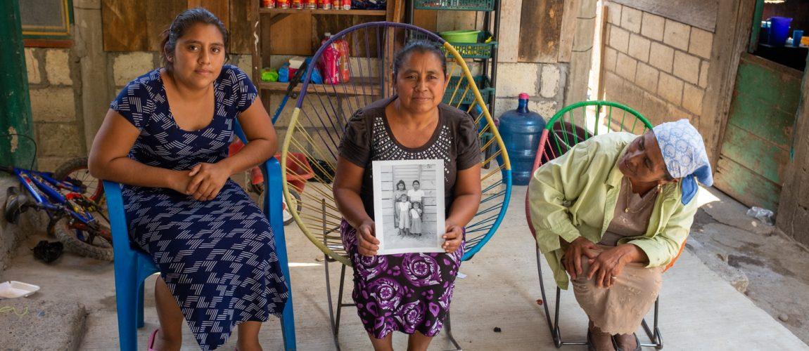 María Enaida Cortéz, de 44 años, comparte con familiares una foto hecha en Nueva Libertad hace 29 años cuando tenía 15 años. Nueva Libertad (El Colorado) 2020