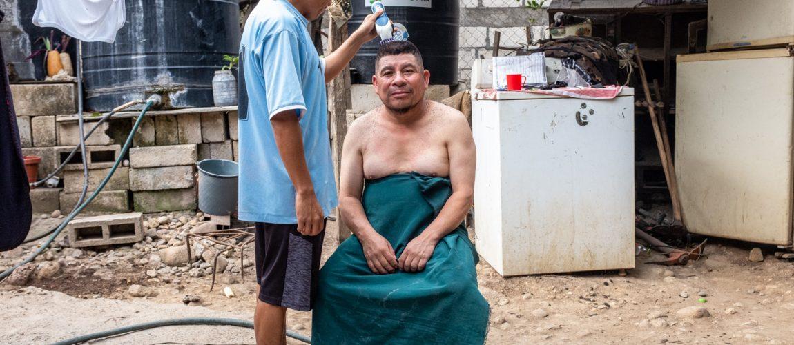 El barbero de Nueva Libertad, Miguel Martínez, de 29 años, corta el cabello de José Andrés, de 50, quien está de visita desde Coya, Huehuetenango para el festival. Nueva Libertad (El Colorado) 2020